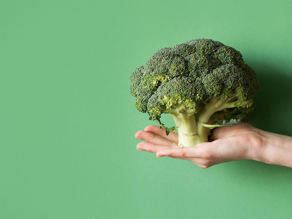 ¿El brócoli contiene más calcio que el queso?