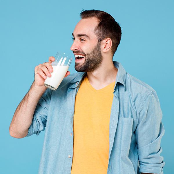 ¿Es cierto que tomar leche de vaca luego de la infancia no sirve?